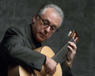 Pepe Romero playing guitar