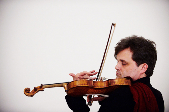 Peter Sheppard Skaerved playing the violin