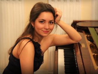 Arina Lazgiian - piano